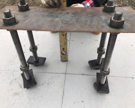 Installation du boulon d'ancrage intégré et de la plaque de base de la colonne en acier