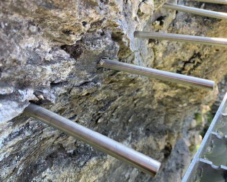 Химическая фиксация стального стержня на скале