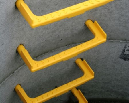 Corrosion resistant epoxy adhesive for fixing step rungs in sewage