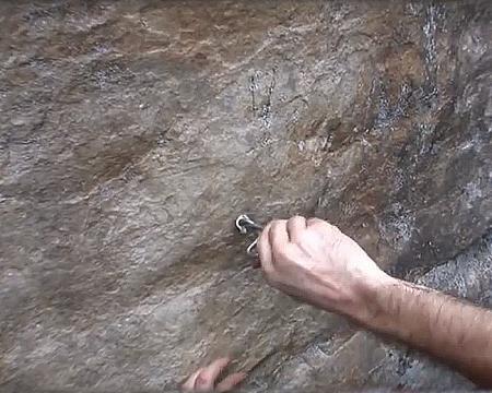 将扣件旋转植入孔洞中和植筋胶及岩石黏固