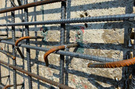 Rebaring di dermaga beton dengan perekat penahan