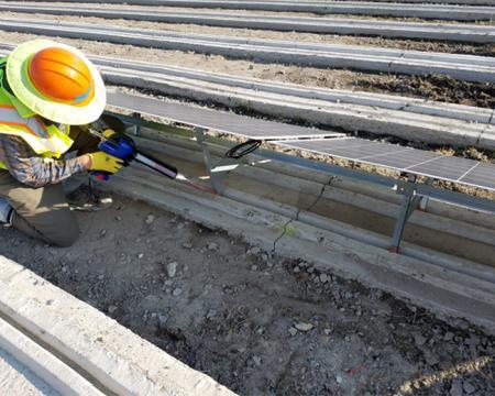 利用環氧植筋膠的高黏結力將太陽能背板支架固定於混凝土槽內