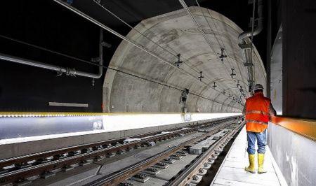 Injektáž skalní kotvy v tunelu