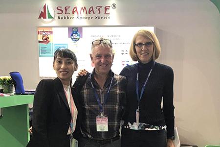 Фото с посетителями на выставке