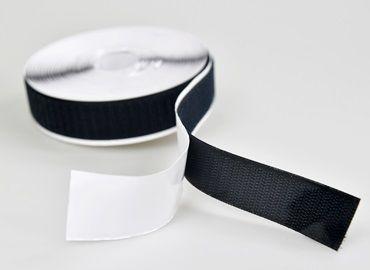 Gancho e laço com parte posterior adesiva - A fita adesiva de fixação aplica um adesivo sensível à pressão no verso da fita, obtendo boa adesão e poder de retenção.