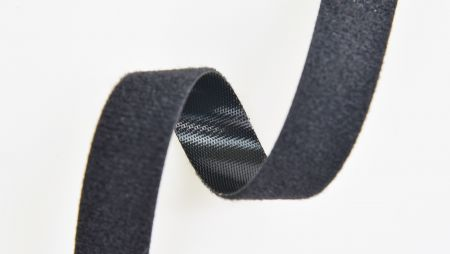 標準の背中合わせのファスナー - 標準の背中合わせの留め具は、片側にフックがあり、反対側にループがある製品です。