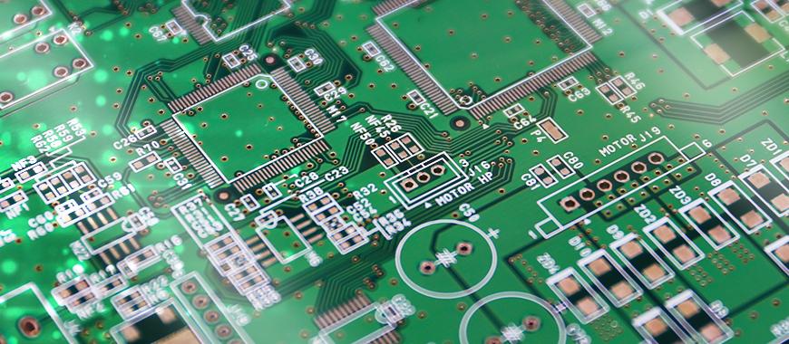 スクリーン印刷の方法論を使用して、要求されたテキスト、商標、または部品ラベルをパネルに印刷してから、熱乾燥(またはUV露光)してインクを硬化させます。