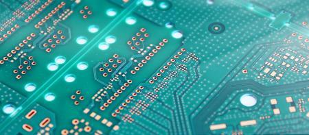 Máy in màn hình cắm qua PCB - Phích cắm qua mặt nạ hàn có nghĩa là sử dụng mực mặt nạ hàn để lấp đầy các lỗ và được làm rắn bằng cách tiếp xúc để đạt được mục đích của các lỗ cắm qua. Lý do đằng sau là để ngăn ngừa rò rỉ Thiếc gây ra số lượng không đồng đều cho các linh kiện gắn kết, cũng ngăn ngừa đoản mạch.
