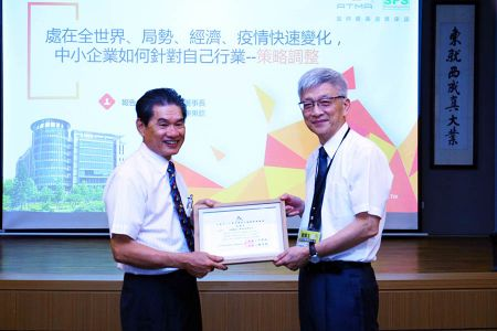 Professor Dr. Zhuomin Yu and Director Mr. Chen exchanged gift