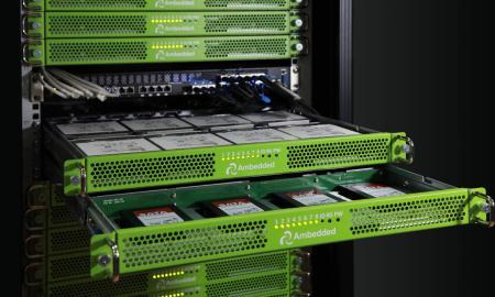 Setiap microserver memiliki 1x disk drive khusus, dapat berupa HDD atau SSD.