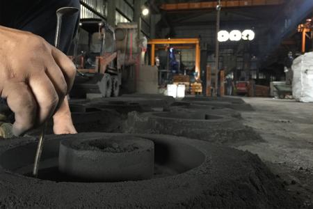 Pengecekan dimensi cetakan pasir aluminium
