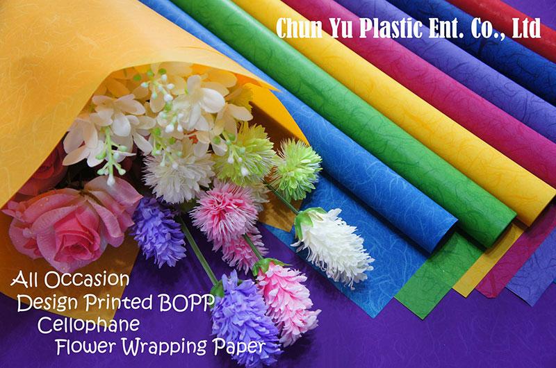 切り花の花束を包むための透明で印刷された包装紙。