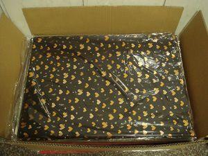 Eingesackte Blätter werden dann in einen offenen Karton mit brauner Klappe verpackt