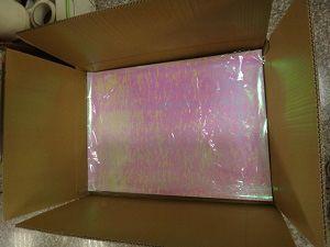 袋に入れられたシートはそれから茶色のフラップの開いたカートンに詰められます