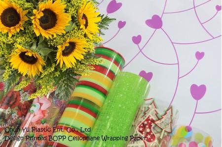 Zadrukowany celofanowy papier pakowy BOPP - Bukiet kwiatów ciętych zawinięty w przezroczysty celofanowy papier do pakowania z nadrukiem