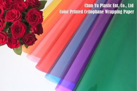 Celofanowy papier pakowy BOPP z przezroczystym nadrukiem w kolorze - Bukiet kwiatów ciętych zawinięty w przezroczysty celofan z nadrukiem w przezroczystym kolorze