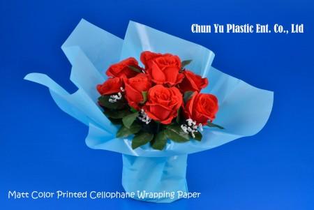 Celofanowy papier pakowy BOPP z nadrukiem w matowym kolorze - Bukiet kwiatów ciętych zawinięty w przezroczysty celofan z nadrukiem w matowym kolorze