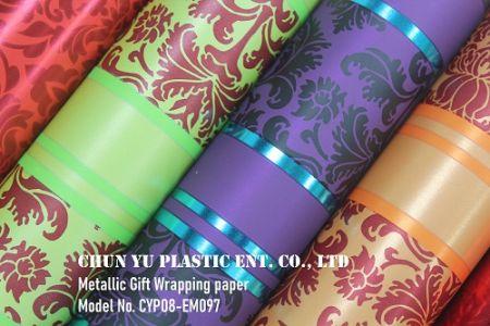 モデル番号CYP08-EM097クリスマスダマスク&ストライプ60グラムメタリックギフト包装紙 - ホリデーギフトのラッピング用にクリスマスダマスク&ストライプパターンで印刷された60グラムの金属化紙