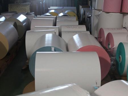 Печатный гигантский рулон подарочной упаковочной бумаги перед перемоткой и конвертированием.