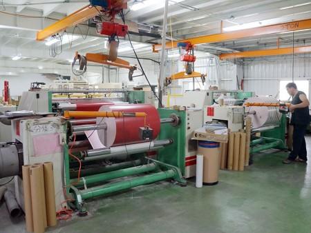 Перемоточная машина для изготовления гигантских рулонов подарочной упаковочной бумаги.
