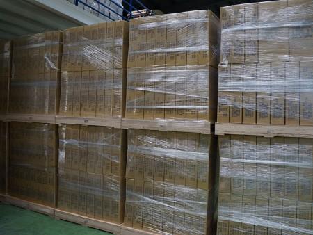 Gotowy do wysyłki papier do pakowania prezentów w obszarze pakowania.