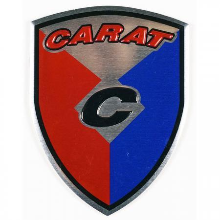 エンボスネームプレート - 表面にカラフルなプリントとロゴが表示されたメタルネームプレート。
