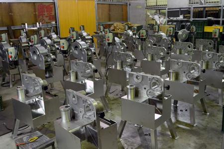 Bir sürü makine üretiyoruz.