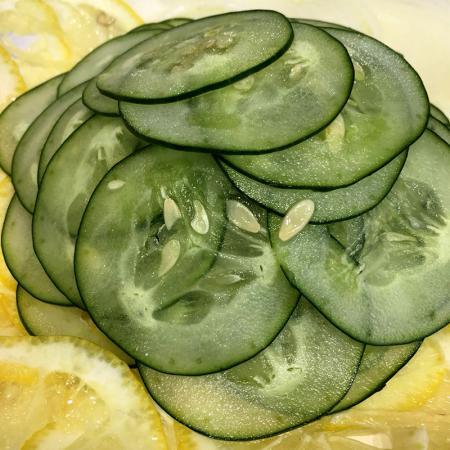 Cucumber slicer machine, can slice cucumbers to 1mm thin slice.