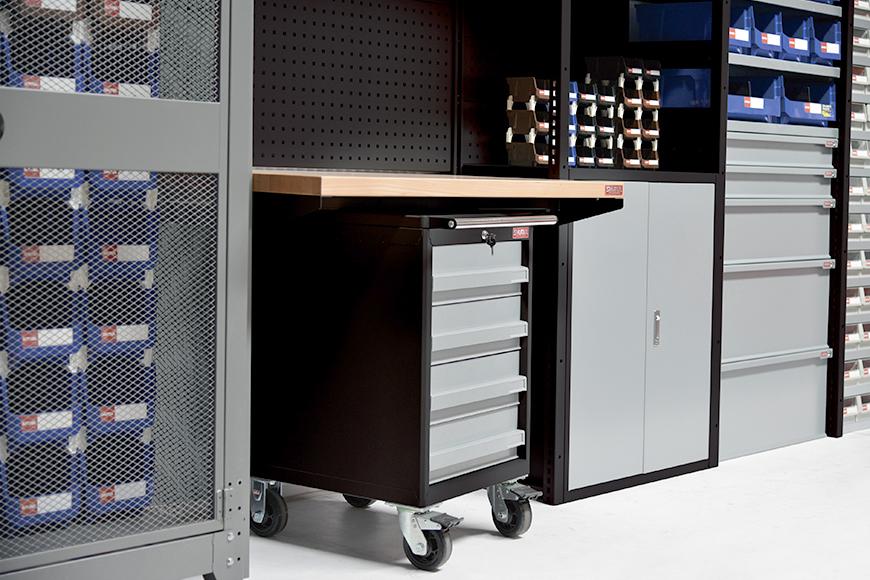 다양한 크기의 강철 서랍은 모든 하드웨어 보관 요구 사항에 맞는 다양한 구성으로 구성됩니다.
