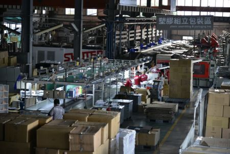 Plastic assembling and packaging line