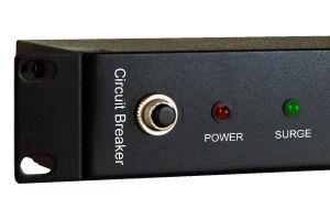 Ein Sicherheitsgerät ist eine der wichtigen Überlegungen für Benutzer, eine PDU zu wählen. Der Push-to-Reset-Leistungsschalter löst automatisch aus und unterbricht die Stromversorgung, wenn der Stromverbrauch über dem Schwellenwert liegt. Das heißt, die Schäden und Verluste durch Überlastung zu schützen. Entfernen Sie zu diesem Zeitpunkt einige Geräte aus der PDU-Steckdose und drücken Sie den ausgelösten Schutzschalterknopf zum Zurücksetzen, der wieder normal mit Strom versorgt werden kann.