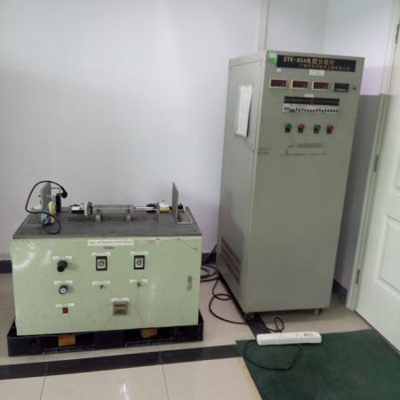 電子制御ロードキャビネット。挿入および引き抜き耐久性試験機。