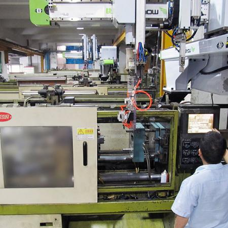 Robotic automation system of plastic injection molding machines