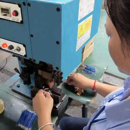 การตัดและปอกสายไฟสำหรับการผลิตสายรัด