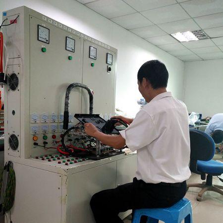 IPQC 制程管控人员在产线会随时抽检抽测,若有发现产品异常或不良会立即修正,已确保每个组装过程都是良品。