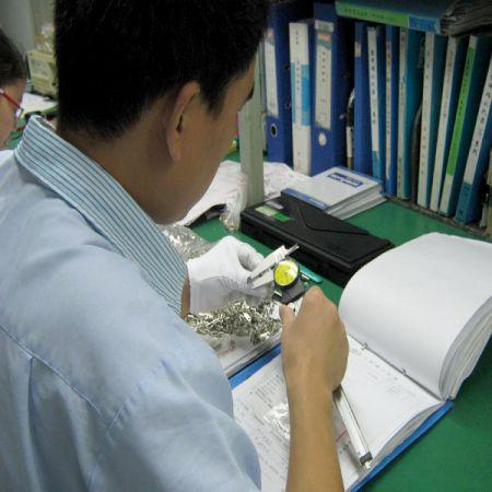 IQC人员对采购供应商的原材料或零件(如:PCB、铜片、电线、电子线)会进行抽验,为其此原材料或零件在制程中的首要及重要的把关检测。