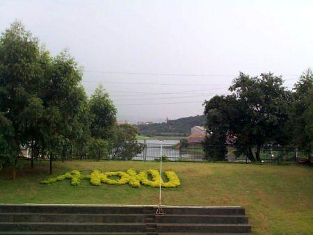 """廠區的一個美麗角落帶給同仁享受放鬆休閒時光,每年東莞市人民政府也頒發""""員工滿意企業""""獎牌給AHOKU。"""