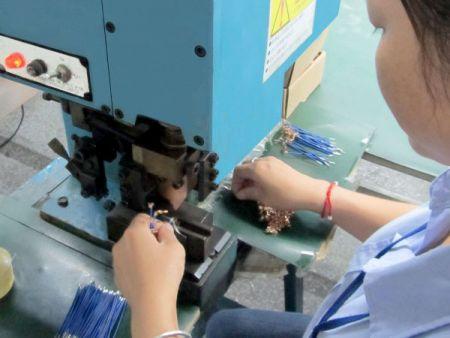因产品内部需要用到很多不同规格不同长度电子线,此半自动裁线剥线机使用可加速交期及降低人力。