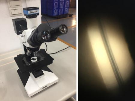 Le microscope inspecte l'épaisseur du manchon du tube multicouche