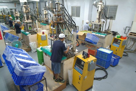 Tube head injection machine.