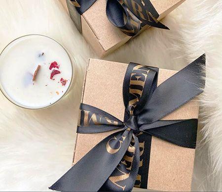 उपहार के रिबन ट्रिमिंग।
