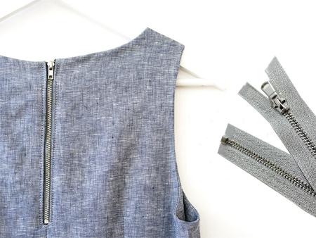 Ritsleting logam untuk pakaian diterapkan.