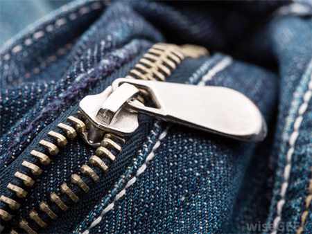Cremallera metálica para jeans aplicada.