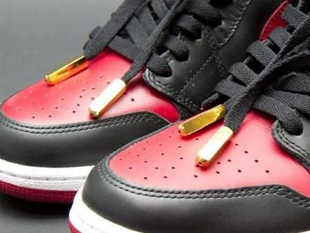 鞋带与金属头。