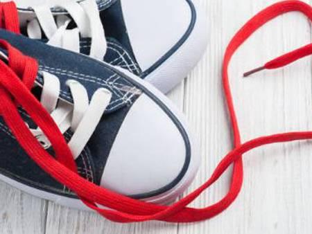 팁 필름이 있는 플랫 신발끈.