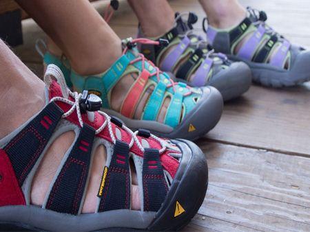Bande large et étroite pour sandales.