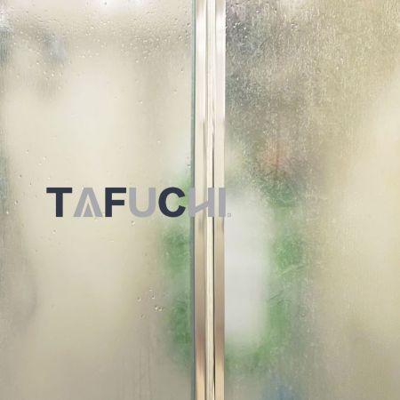 Pintu geser shower menggunakan lembaran timbul GPPS. Cahaya dapat transparan melalui lembaran timbul GPPS.