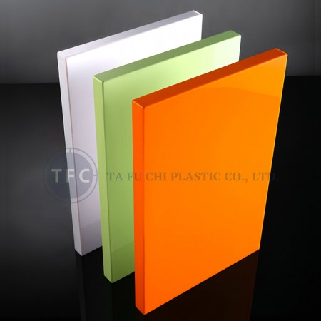 A folha de acrílico de alto brilho pode ser feita como um painel contínuo.