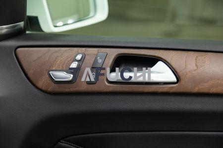 تم تزيين الجزء الداخلي للسيارة بألواح حبيبية من الخشب PVC ، وهي جميلة وملمس.