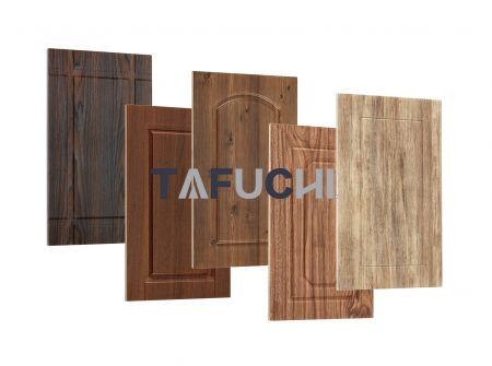 تستخدم ألواح الأبواب الخشبية ألواح حبيبات الخشب PVC ، والتي تشبه أبواب الخشب الصلب وغالبًا ما تحل محل الأبواب الخشبية الصلبة.
